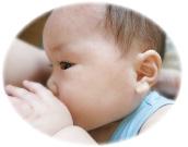 おっぱいを飲む赤ちゃん