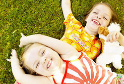 笑顔の幼い姉妹