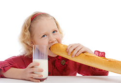 フランスパンをかじる女の子