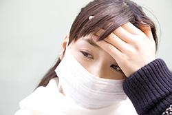 発熱、風邪の症状の女子高生